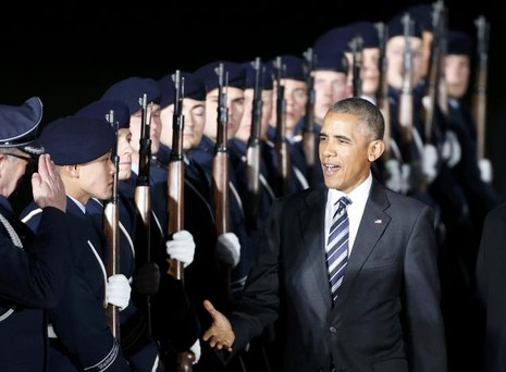 Tổng thống Obama được chào đón tại sân bay.