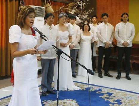 Bà Imee Marcos, con gái ông Marcos thay măt gia đình ra tuyên bố sau lễ mai táng cha mình.