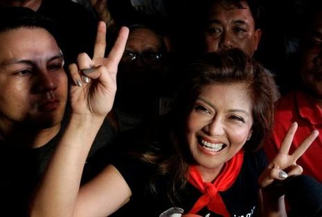 Bà Imee Marcos, con gái ông Ferdinand Marcos vui mừng khi Tòa án Tối cao quyết định chôn ông Marcos theo nghi thức dành cho anh hùng ngày 8-11-2016.