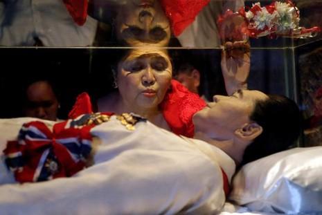 Cựu Đệ nhất phu nhân Imelda Marcos cùng di hài chồng ngày 2-7-2014 tại TP Batac (tỉnh Ilocos Norte, Philippines).
