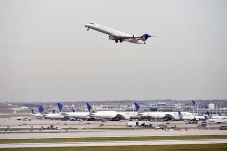 Một chiếc máy bay của hãng United Airlines cất cánh.