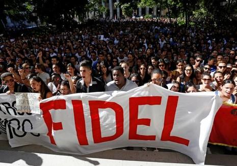 Người dân Cuba tập trung tại Quảng trường Cách mạng ở Havana tiễn đưa Chủ tịch Fidel ngày 28-11.