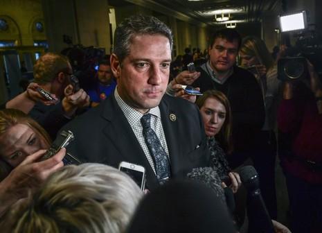 Nghị sĩ Tim Ryan trả lời phỏng vấn báo chí sau cuộc bỏ phiếu.