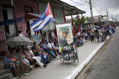 Người dân TP Jatibonico (Cuba) chờ đón di cốt Chủ tịch Fidel Castro ngày 1-12.