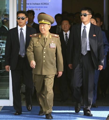 Chủ tịch Ủy ban Quân sự Trung ương Choe Ryong Hae (giữa, hàng đầu) bị Hàn Quốc liệt vào danh sách đen trừng phạt.