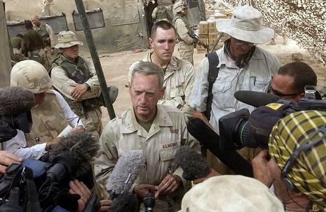 Tướng James N. Mattis (giữa) nói rằng Mỹ thiếu một chính sách toàn diện về Trung Đông.