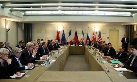 Nhóm P5+1 và Iran trong một cuộc đàm phán tại Thụy Sĩ ngày 30-3-2015. Ảnh: PRESS TV