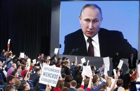 Tổng thống Putin lắng nghe các nhà báo tại cuộc họp báo cuối cùng của năm 2016 ngày 23-12 ở Moscow (Nga). Ảnh: REUTERS