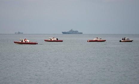 Tàu thuyền tìm kiếm trên khu vực máy bay rơi trên biển Đen gần Sochi (Nga) ngày 26-12. Ảnh: EPA