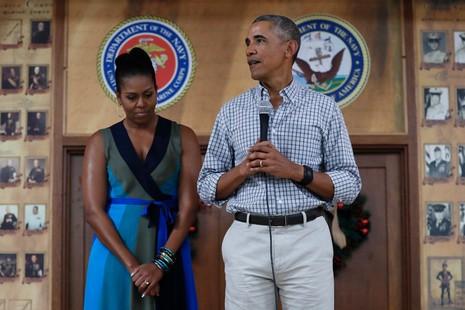 Vợ chồngTổng thống Obama trong buổi gặp gỡ quân nhân tại căn cứ hải quân Hawaiii ngày 25-12. Ảnh: AP