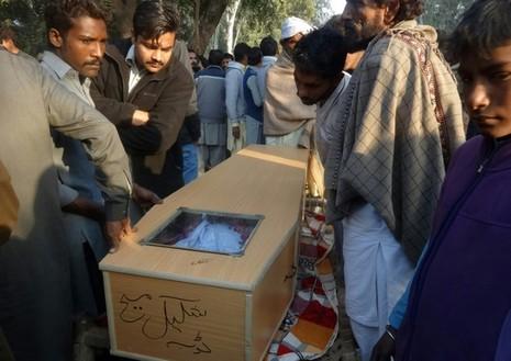 Người Công giáo Pakistan khiêng quan tài của một trong những nạn nhân thiệt mạng vì ngộ độc rượu giả tại thị trấn Toba Tek Singh ngày 27-12. Ảnh: DAILY MAIL
