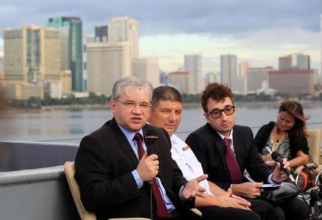 Đại sứ Nga tại Philippines Igor Khovaev (trái) và Chuẩn Đô đốc Eduard Mikhailov (giữa) họp báo trên tàu Đô đốc Tributs ở Manila (Philippines) ngày 4-1. Ảnh: REUTERS