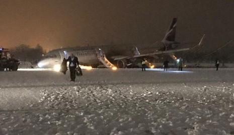 Máy bay hạ cánh êm ái nhưng gặp sự cố ngay sau đó. Ảnh: TWITTER