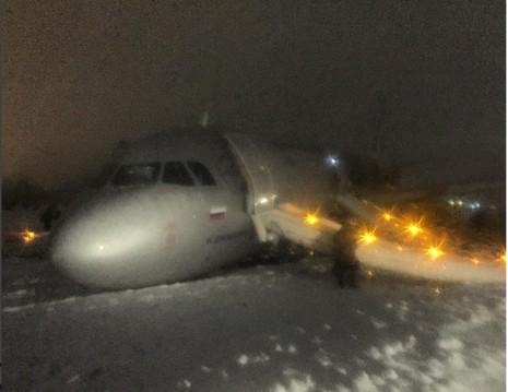 Máy bay nằm trên đường băng đầy tuyết. Ành: TWITTER