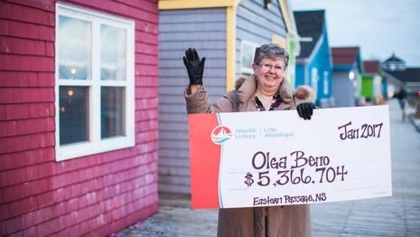 Bà Olga Beno đã thắng xổ số 5,3 triệu USD nhờ 28 năm kiên trì mua dãy số trong giấc mơ. Ảnh: ALC