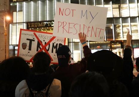 Biểu tình phản đối ông Trump trước cao ốc Trump Tower ở New York ngày 10-11-2016. Ảnh: GETTY IMAGES