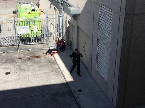 Một người bị thương trên vũng máu. Ảnh: REUTERS
