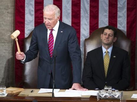 Phó Tổng thống Mỹ Joe Biden tuyên bố ông Trump chính thức đắc cử Tổng thống thứ 45 của Mỹ, bên cạnh là Chủ tịch Hạ viện Paul Ryan. Ảnh: USA TODAY