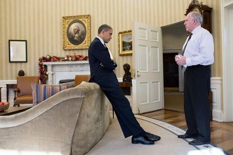 Từ Nhà Trắng, Tổng thống Obama nghe báo cáo về vụ thảm sát trường tiểu học Sandy Hook ở Newtown (Connecticut, Mỹ) ngày 14-12-2012. Ảnh: WHITE HOUSE
