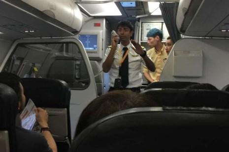 Phi công giải quyết tình huống trong sự cố hôm 6-1 của máy bay thuộc hãng hàng không Tigerair. Ảnh: STRAITSTIMES