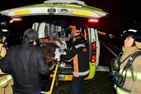 Nhà sư được đưa vào bệnh viện sau khi tự thiêu ngày 7-1. Ảnh: AP