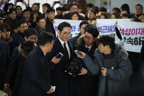 Phó Chủ tịch Samsung Lee Jae-yong trao đổi với báo chí khi đến văn phòng luật sư độc lập ở Seoul ngày 12-1. Ảnh: YONHAP