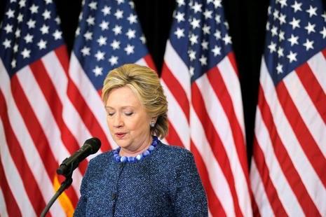 Ứng viên tổng thống Dân chủ Hillary Clinton nói về việc FBI lật lại vụ email của bà sát ngày bầu cử, trong cuộc họp báo ngày 28-10-2016. Ảnh: REUTERS