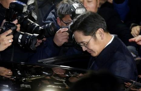 Phó Chủ tịch Samsung Lee Jae-yong không trao đổi với truyền thông mà nhanh chóng lên xe rời đi sau hơn 22 tiếng bị thẩm vấn. Ảnh: REUTERS