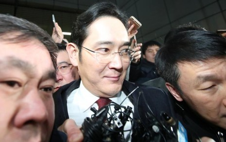 Phó Chủ tịch Samsung Lee Jae-yong bị truyền thông bao quanh khi rời văn phòng công tố đặc biệt Seoul sáng 13-1 sau hơn 22 tiếng bị thẩm vấn. Ảnh: REUTERS