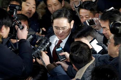 Phó Chủ tịch Samsung Lee Jae-yong đến văn phòng công tố đặc biệt để thẩm vấn sáng 12-1. Ảnh: REUTERS