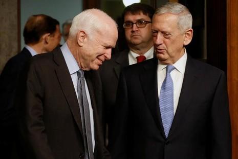 Chủ tịch Ủy ban Quân vụ Thượng viện (trái) và Tướng James Mattis trước khi bắt đầu điều trần ngày 12-1 tại Quốc hội. Ảnh: REUTERS