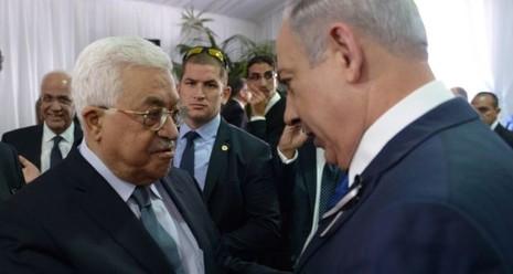 Tổng thống Palestine Mahmoud Abbas (trái) và Thủ tướng Israel Benyamin Netanyahu trong một lần gặp năm 2016. Ảnh: GETTY IMAGES