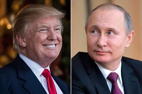 Tổng thống Nga Putin (phải) có dấu hiệu muốn cải thiện quan hệ với Mỹ một khi ông Trump (trái) làm tổng thống. Ảnh: AP