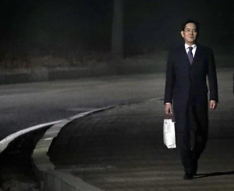 Phó Chủ tịch Samsung Lee Jae-yong rời khỏi Trung tâm giam giữ Seoul sáng sớm 19-1 sau khi Tòa án Trung tâm Seoul bác lệnh bắt. Ảnh: YONHAP