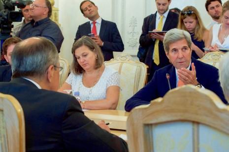 Trợ lý Bộ trưởng Ngoại giao phụ trách các vấn đề châu Âu Toria Nuland (trái) cùng Ngoại trưởng John Kerry trong một cuộc họp. Ảnh: REUTERS