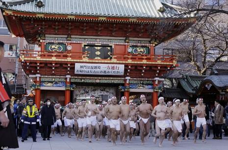 Một nhóm hơn 100 người đàn ông tập trung tại ngôi đền linh thiêng Kanda Myojin Shinto ở thủ đô Tokyo của Nhật để tham gia nghi lễ tắm băng. Ảnh: AP