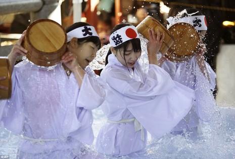 Người Nhật có thói quen thực hiện nghi lễ tắm băng mỗi dịp đón năm mới. Ảnh: AP