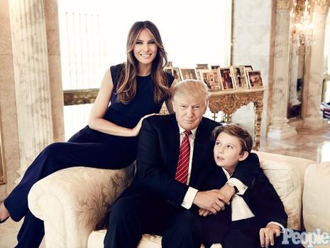 Vợ chồng Tổng thống Mỹ Donald Trump và con trai Baron. Ảnh: PEOPLE