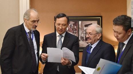 Ngoại trưởng Kazakhstan (thứ hai từ bên trái) trao đổi với các đại diện phe nổi dậy tại Astana (Kazakhstan) ngày 22-1 trước thềm cuộc hòa đàm. Ảnh: CNN