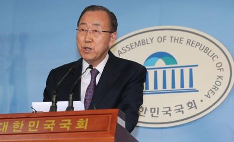 Ông Ban Ki-moon thông báo chấm dứt theo đuổi tranh cử tổng thống trong cuộc họp báo tại Seoul ngày 1-2. Ảnh: AFP