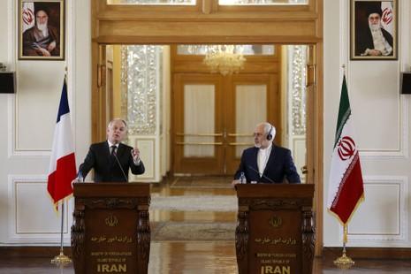 Ngoại trưởng Iran Mohammad Javad Zarif (phải) và Ngoại trưởng Pháp Jean-Marc Ayrault họp báo chung tại Tehran (Iran) ngày 31-1. Ảnh: GETTY IMAGES