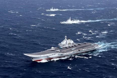 Tàu sân bay Liêu Ninh của Trung Quốc tham gia diễn tập trên biển Đông hồi cuối tháng 12-2016. Ảnh: REUTERS.