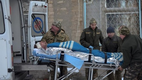 Binh sĩ Ukraine bị thương vì giao tranh ở thị trấn Avdiyivka (đông Ukraine). Ảnh: AFP