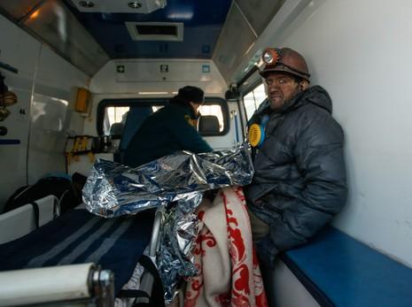 Một thợ mỏ được cứu hộ ngày 31-1 sau khi bị mắc kẹt trong hầm mỏ vì mất điện ở vùng Donbass (đông Ukraine). Ảnh: EPA