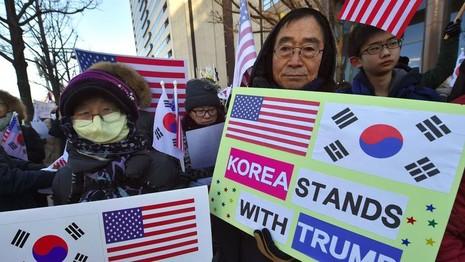 Dân Hàn Quốc chào đón Bộ trưởng Quốc phòng Mỹ James Mattis ngày 2-2 tại Seoul. Ảnh: AFP