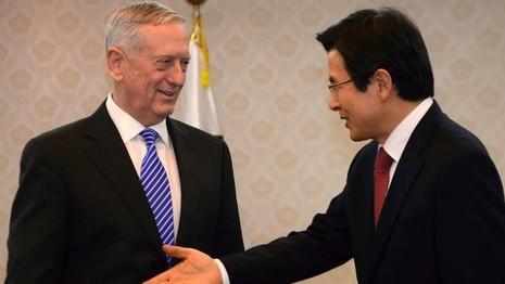 Thủ tướng kiêm Quyền Tổng thống Hàn Quốc Hwang Kyo-ahn (phải) tiếp Bộ trưởng Quốc phòng Mỹ James Mattis tại Seoul ngày 2-2. Ảnh: AP