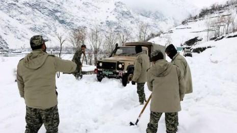 Lực lượng cứu hộ cố gắng tiếp cận khu vực bị lở tuyết ở Chitral (Pakistan). Ảnh: EPA