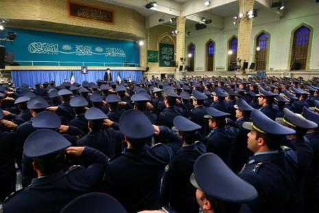 Lãnh đạo tối cao Iran Ayatollah Ali Khamenei trong một cuộc gặp với lực lượng không quân Iran tháng 2-2016. Ảnh: TWITTER