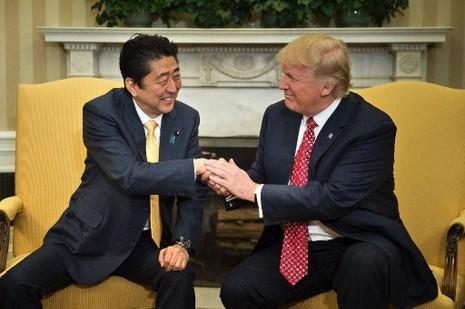 Tổng thống Mỹ Trump (phải) tiếp Thủ tướng Nhật Abe tại Nhà Trắng ngày 10-2. Ảnh: AFP