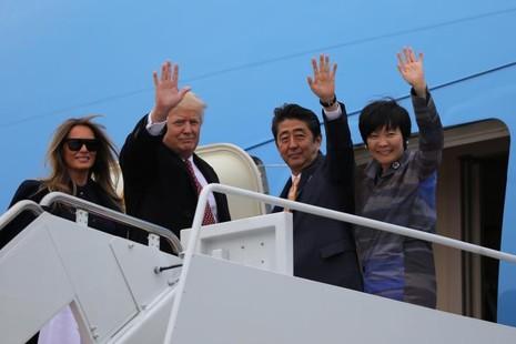 Vợ chồng Tổng thống Mỹ Trump (trái) và vợ chồng Thủ tướng Nhật Abe trên chiếc Không lực Một bay về khu nghỉ mát Mar-a-Lago (Florida, Mỹ) ngày 10-2. Ảnh: REUTERS